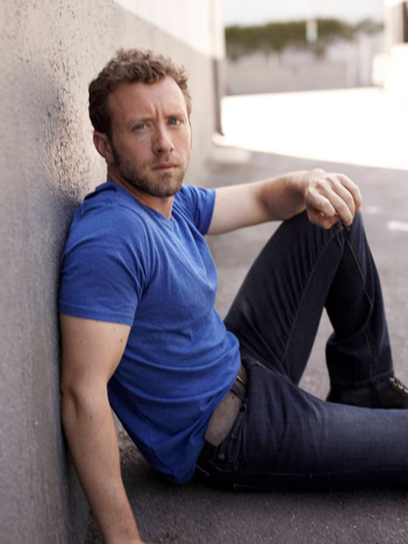 TJ-Thyne-Blue-t-shirt--sitting-leaning-wall-photo3